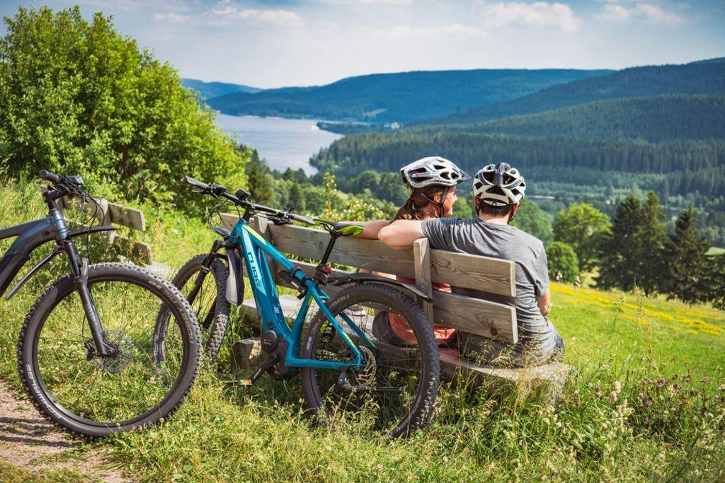 Ausblicke satt am Wegesrand: der Seenradweg im Hochschwarzwald verbindet Naturerlebnis mit Badespaß. Foto: Hochschwarzwald Tourismus GmbH