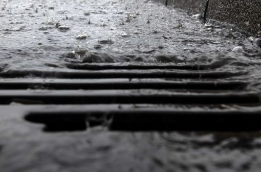 Heftige Gewitter lassen Bach über die Ufer treten
