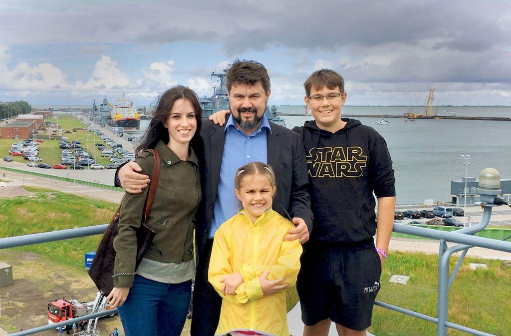 Thomas Karzelek mit seiner  Freundin, seinem Sohn und mit Tochter Lara Foto: privat