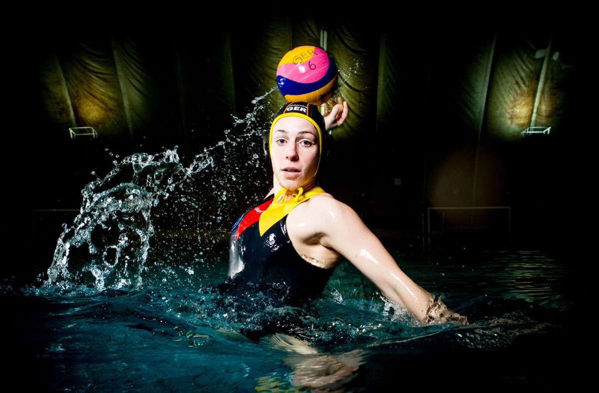 Dynamik im Becken: die inzwischen nicht mehr aktive Wasserball-Nationalspielerin Anja Seyfert beim Torwurf, fotografiert von Benjamin Lau. Foto: BeLa-Sportfoto/Benjamin Lau