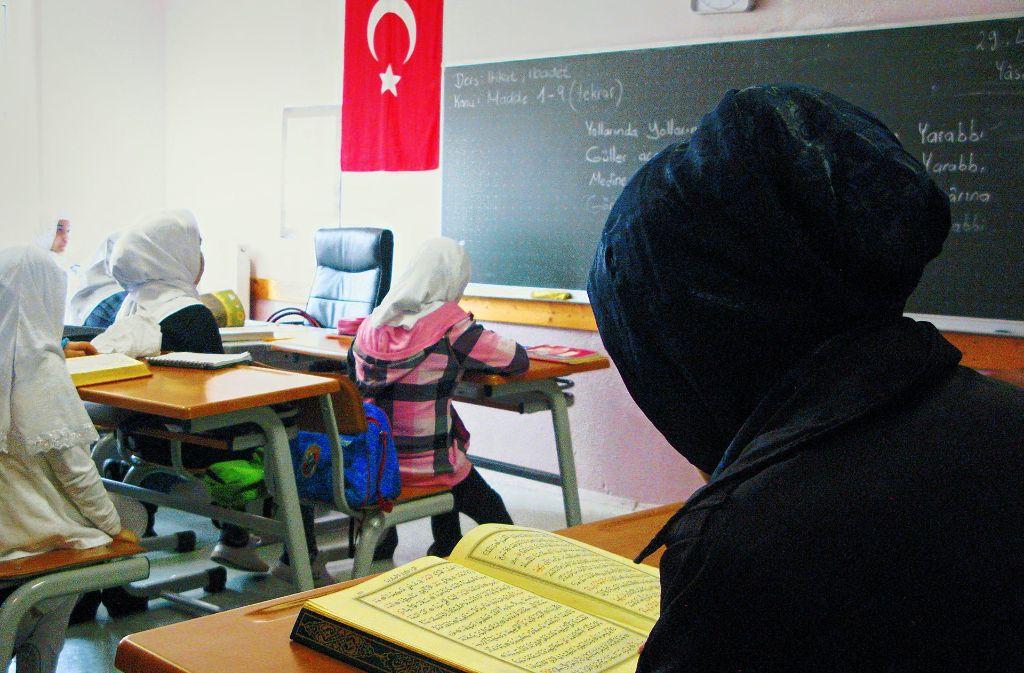 In den Koranschulen werden den angehenden Religionslehrerinnen die  arabischen  Grundbegriffe aus dem Koran erklärt. Foto: dpa
