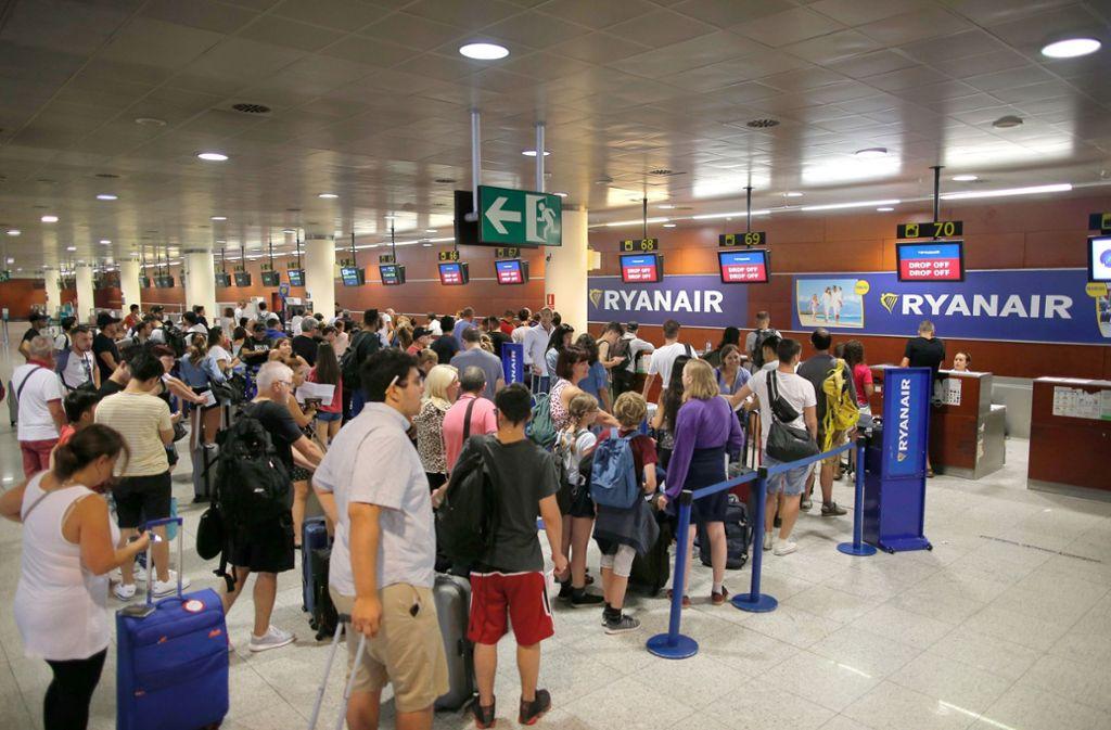 Passagiere in Barcelona checken beim Billigflieger Ryanair ein. Foto: AP