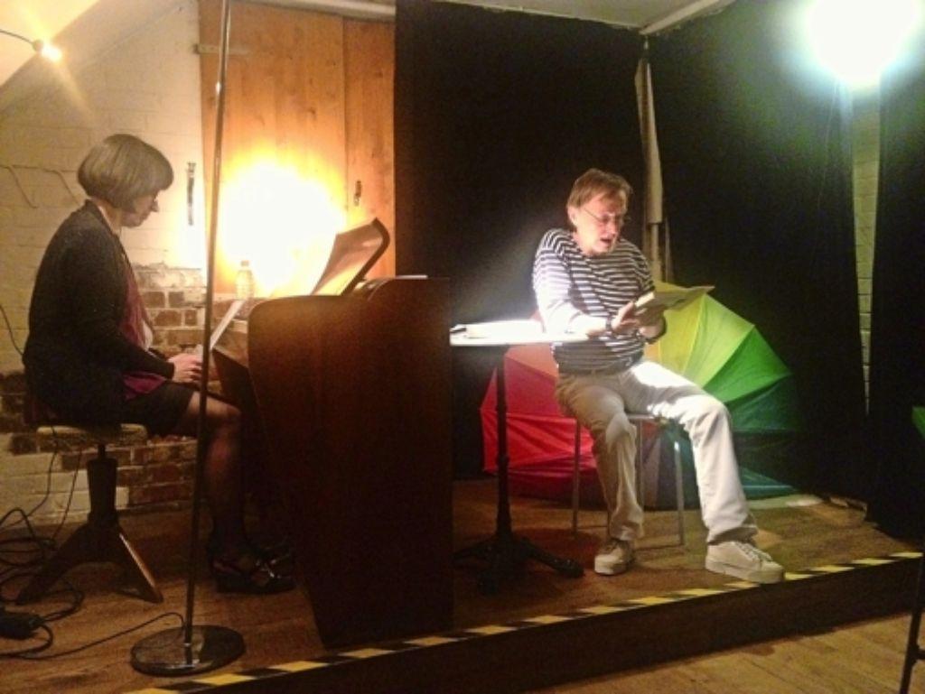 """Reiner Weigand liest in der Kulturgarage """"Alimentair da Loretta"""" aus  dem Buch """"In Afrika ist immer August"""". Julia Kunschek begleitet am Klavier. Foto: Nina Ayerle"""