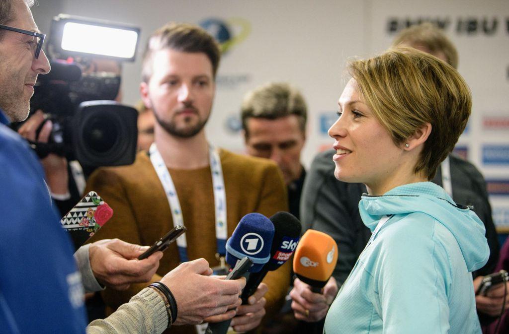 Magdalena Neuner wird heute noch immer gerne von Journalisten befragt – und sie selbst nimmt vor den TV-Kameras ihre Ex-Kollegen ins Kreuzverhör Foto: dpa/Matthias Balk