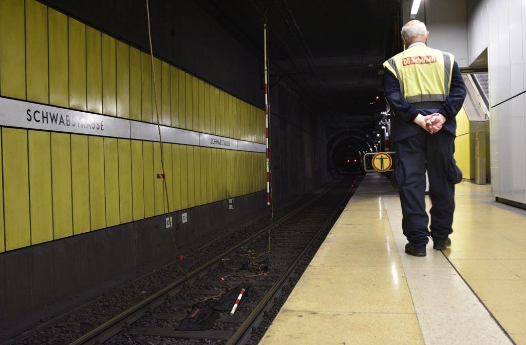 Wo bleibt die S-Bahn: Dass fragt sich am Dienstag nicht nur dieser Bahn-Mitarbeiter. Foto: 7aktuell.de