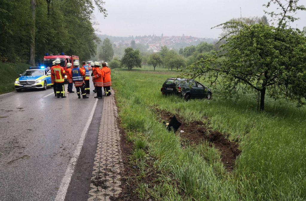 Der Wagen überschlug sich und kam im angrenzenden Feld zum Stehen. Foto: 7aktuell.de