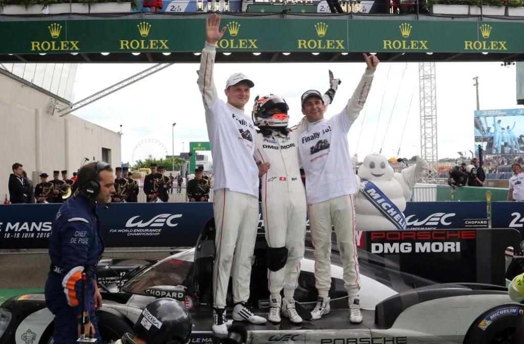 Marc Lieb (auf dem Auto links) und seine Teamkollegen jubeln aus gutem Grund. Foto: dpa