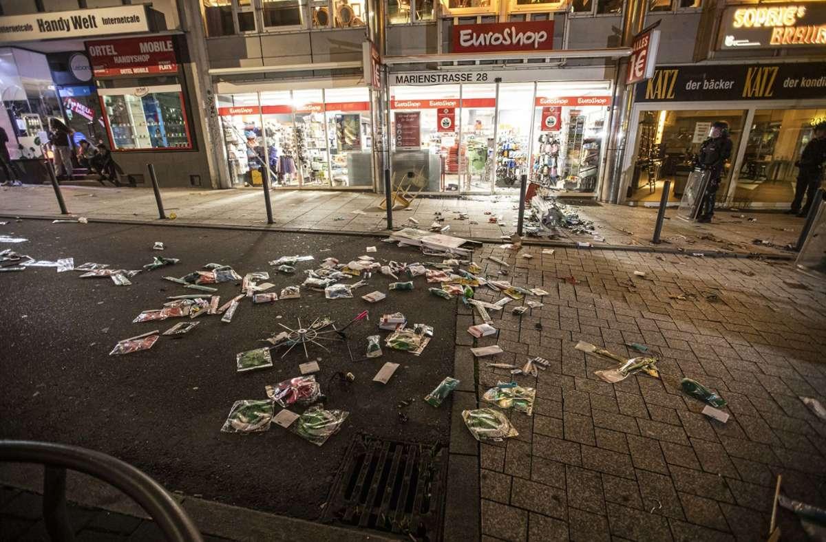 Mehrere Hundert junge Männer hatten in Stuttgart in Kleingruppen 40 Läden beschädigt und zum Teil geplündert. Foto: dpa/Simon Adomat