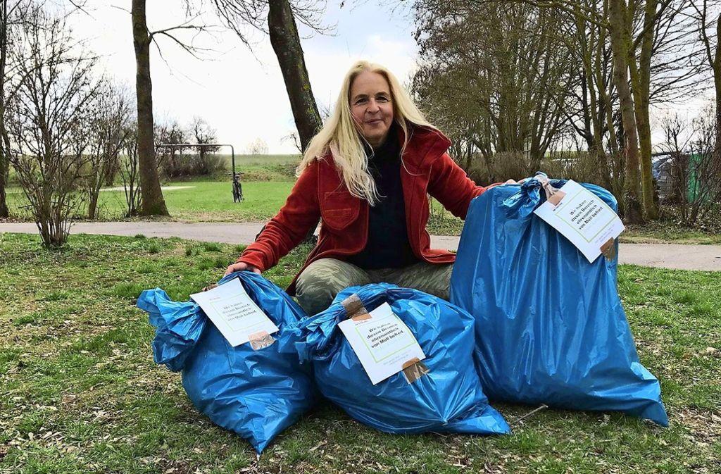 """""""Wir haben diesen Bereich ehrenamtlich von Müll befreit. Jeder kann das"""", steht auf den Müllsäcken von Susanne Orlich. Foto: Susanne Orlich"""