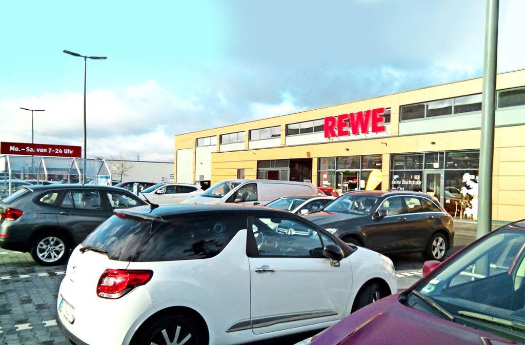 Rewe  in Leonberg will künftig das wilde Parken kontrollieren lassen. Foto: