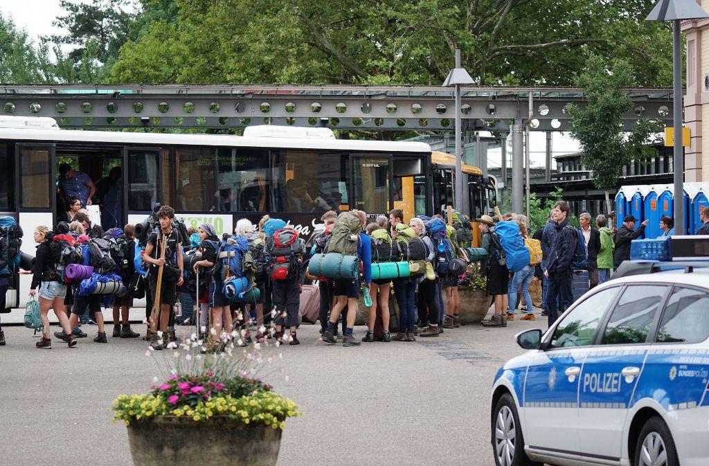Seit Wochen Folge der Havarie: Bahnreisende beim Umsteigen in Busse Foto: Benedikt Spether