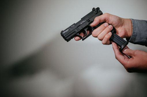 Mann mit Schreckschusswaffe lebensgefährlich verletzt