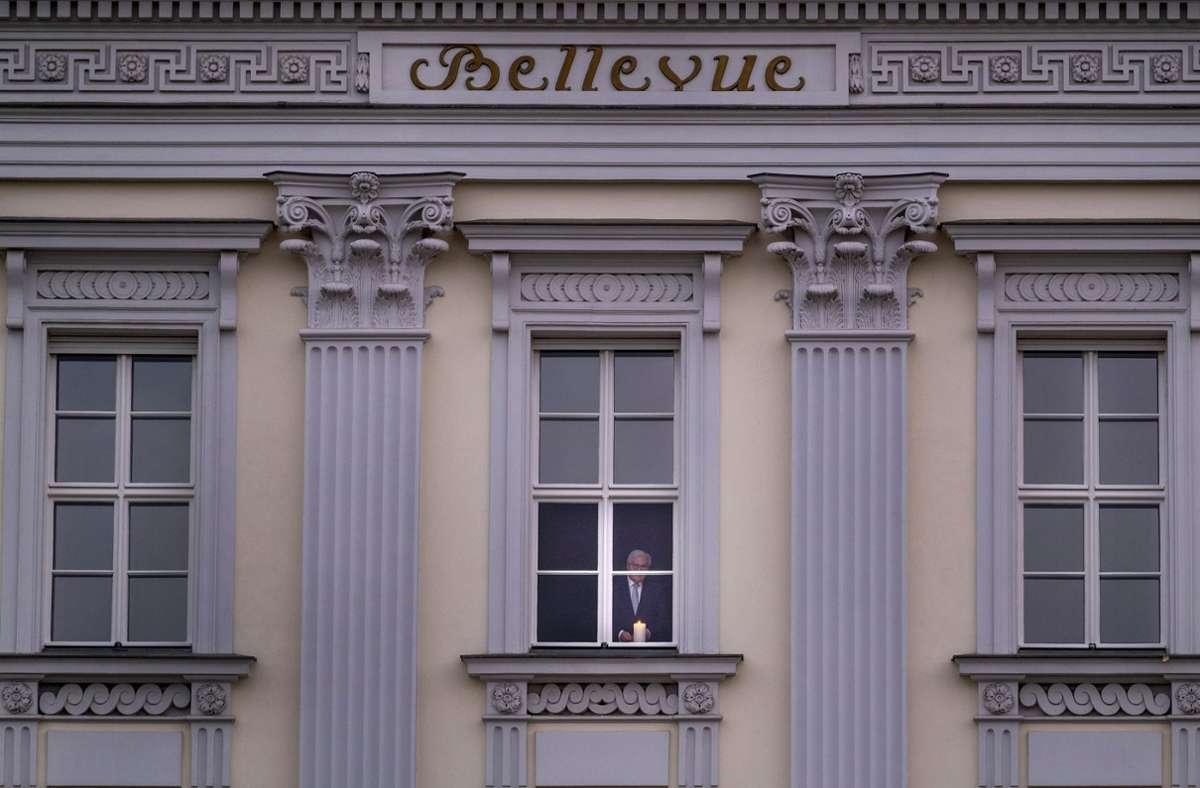 Das Schloss, am Fenster ist Bundespräsident Frank-Walter Steinmeier zu sehen. Foto: epd/Rolf Zoellner