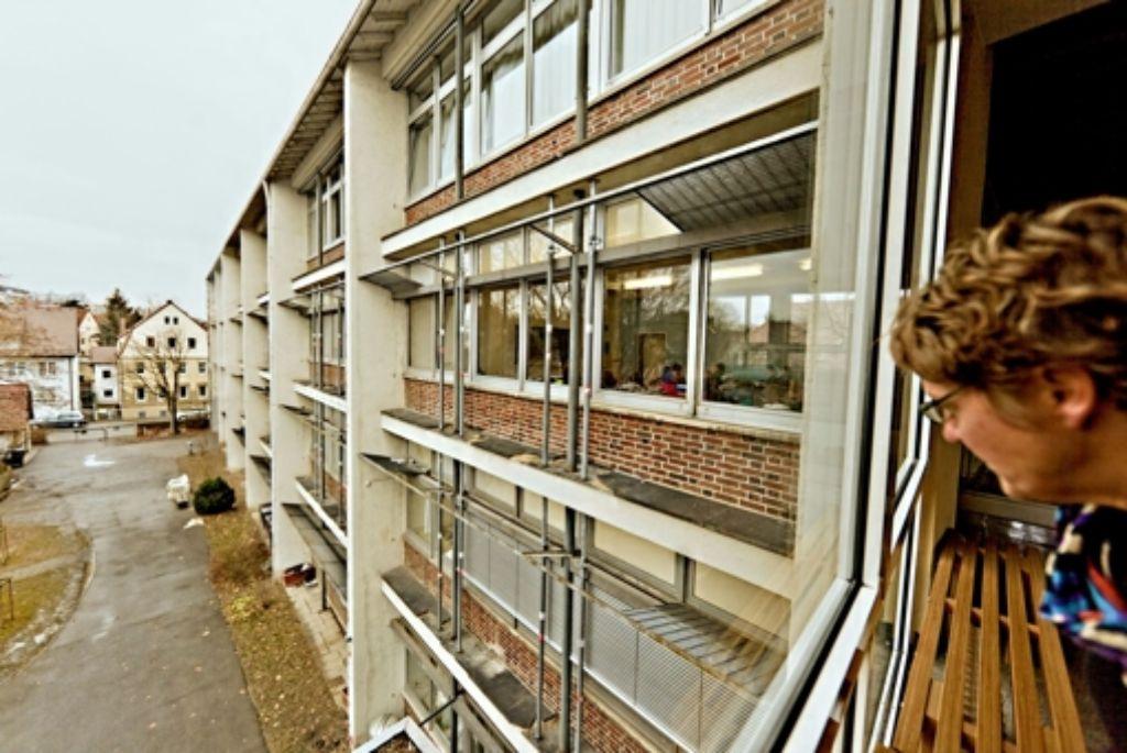 An der Fassade des Neuen Gymnasium Feuerbach rosten die Metallstützen Foto: Steffen Honzera