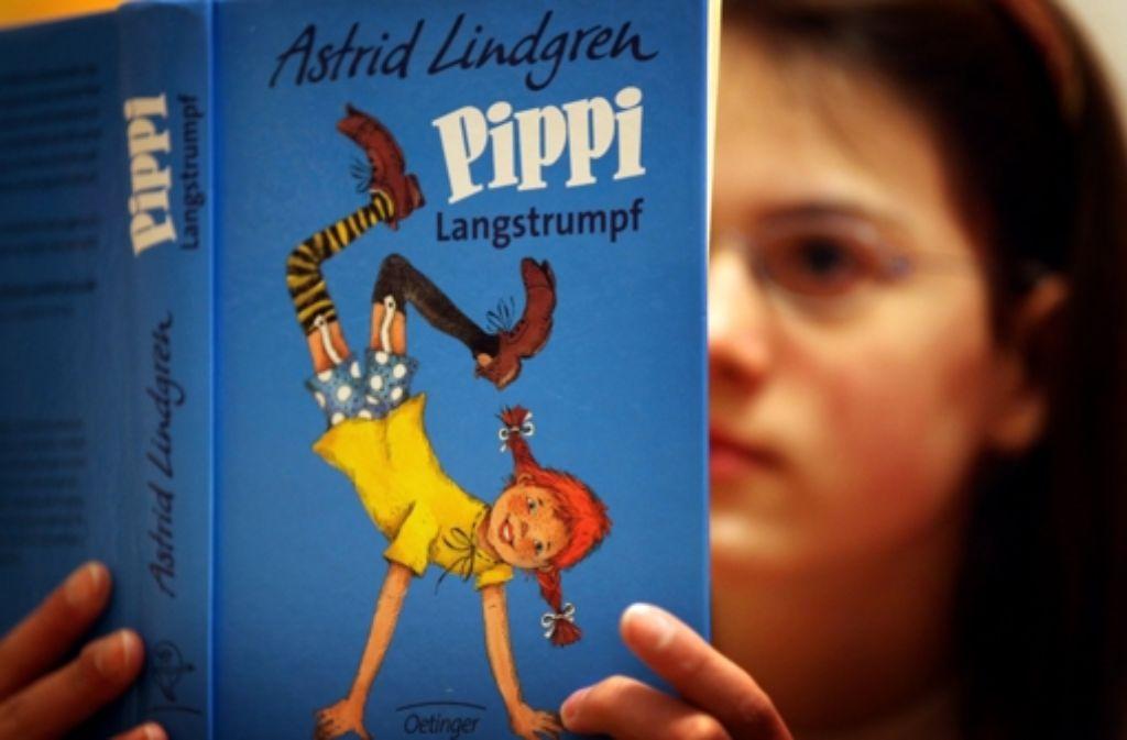 Pippi Langstrumpf mit ihrem Markenzeichen: rote Zöpfe. Sie steht gerne mal Kopf. Seit 70 Jahren bringt sie nun schon Jung und Alt zum Schmunzeln. Foto: dpa
