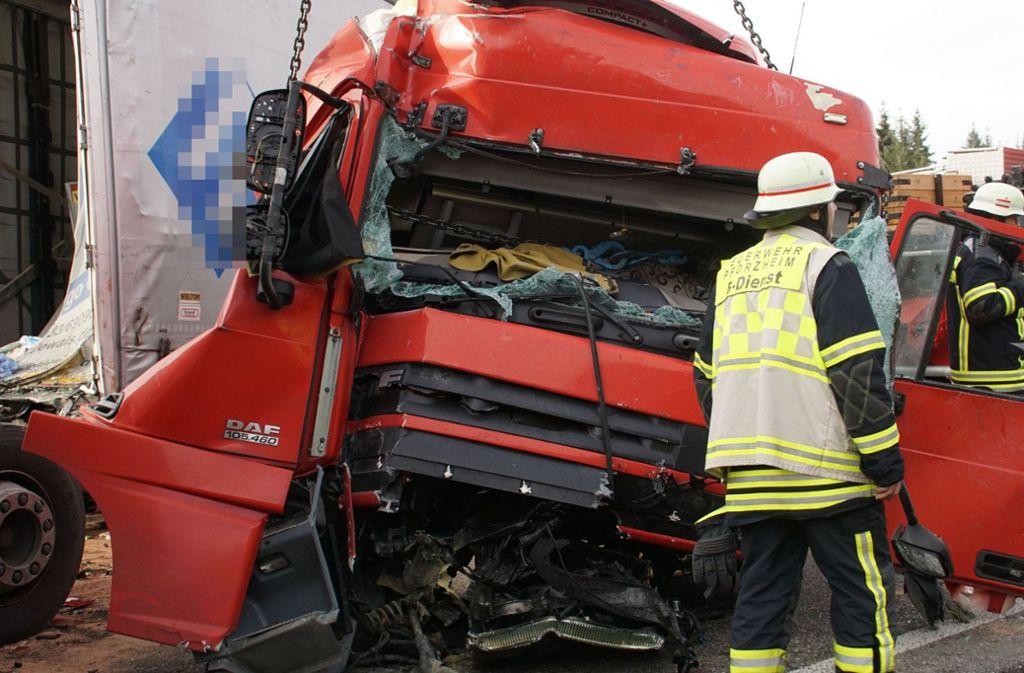 Der Unfall ereignete sich am Donnerstag auf der A8 bei Pforzheim. Foto: SDMG/Gress