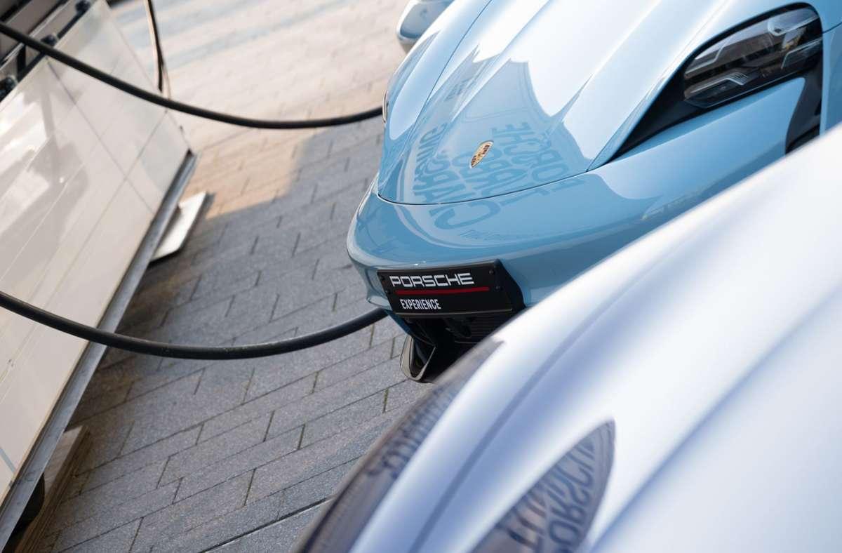 Mehrere Porsche Taycan stehen an einer Ladesäule. Foto: dpa/Sebastian Gollnow