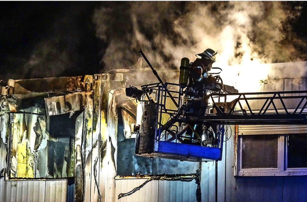 Eine Dreiviertelstunden lang müssen die Weil der Städter Feuerwehrleute den Brand im Blannentalhof bekämpfen. Foto: SDMG