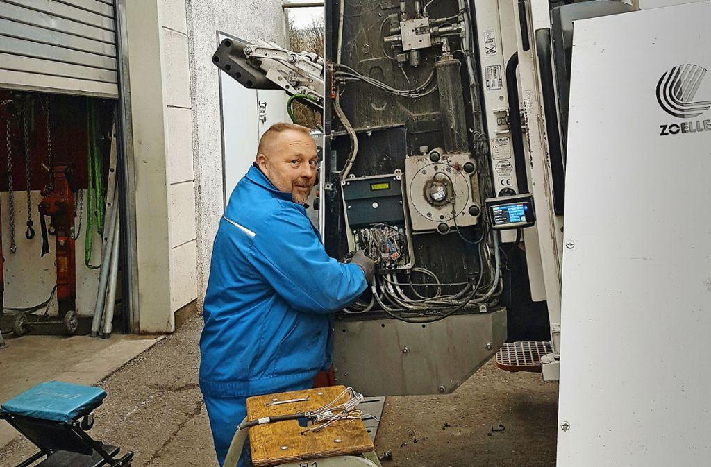 Suez-Mitarbeiter, die  aus verschiedenen Werkstätten des Unternehmens zusammengezogen wurden, reparieren derzeit im Akkord Müllfahrzeuge. Foto: Suez