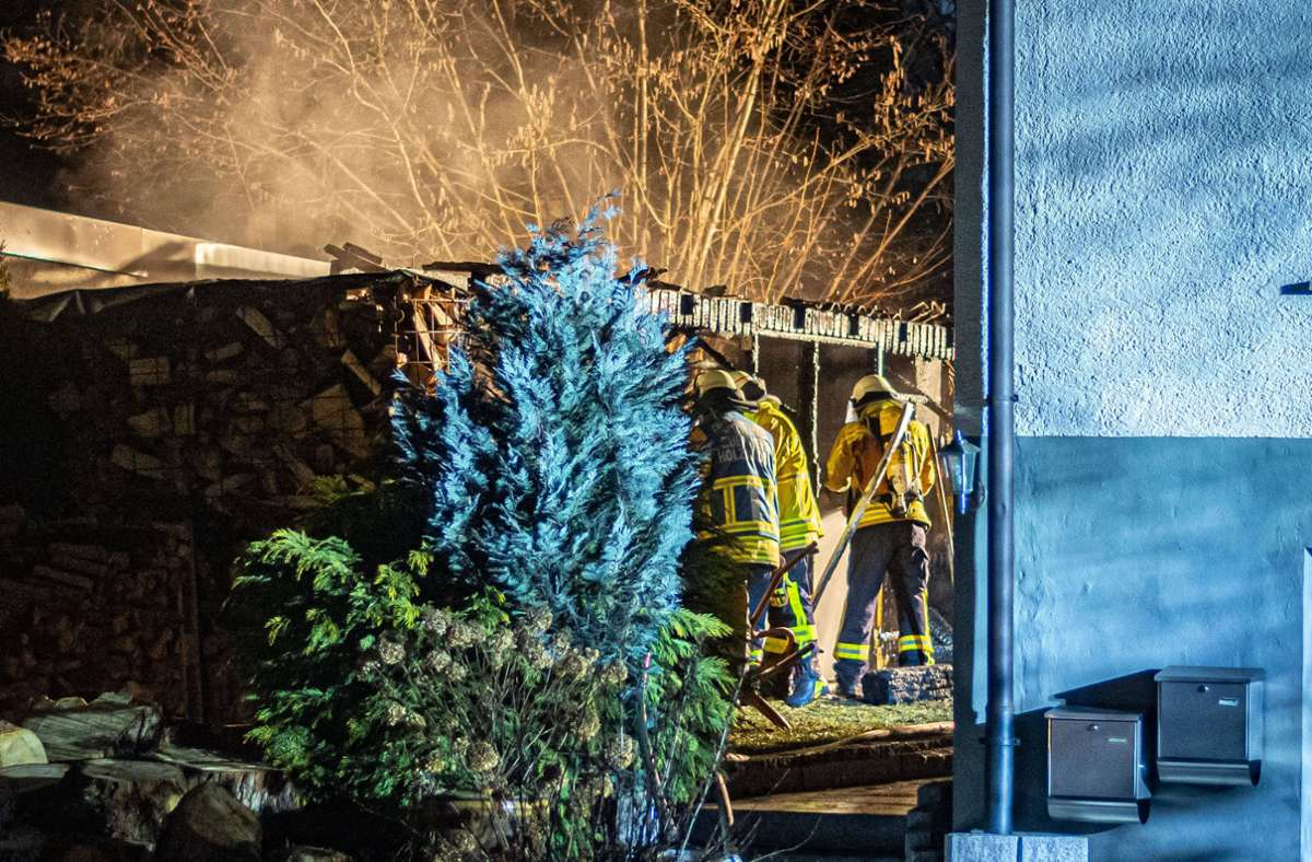 Die Feuerwehr erreichte den Gartenschuppen gegen 22.30 Uhr  und löschte den Brand. Foto: 7aktuell.de/Moritz Bassermann