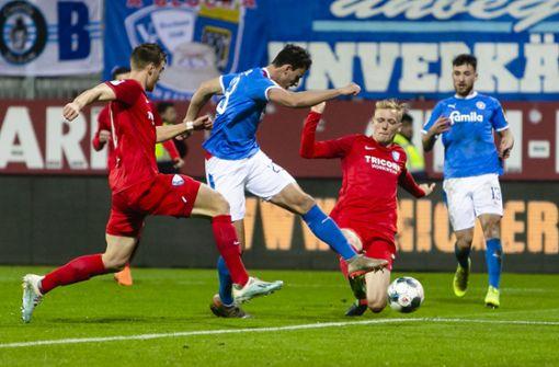 Ersatzspieler stoppt Ball – Kiel siegt trotz irrer Elfmeter-Entscheidung