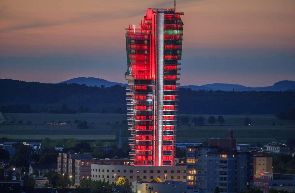 Im Zuge der Aktion wurden neue und alte Gebäude   in rotes Licht getaucht – hier der Schwabenlandtower. . Foto: Gottfried Stoppel