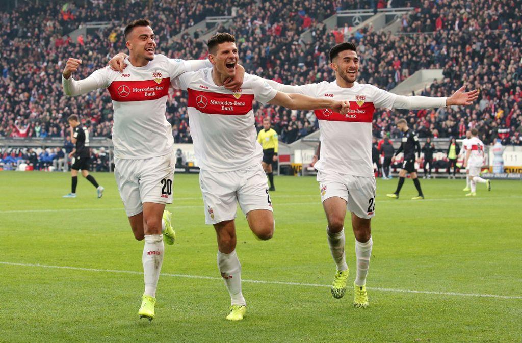 Jubel beim VfB Stuttgart im Hinspiel gegen den Karlsruher SC. Wir erzählen die Geschichte der Partie in Bad Cannstatt nach. Foto: Pressefoto Baumann/Julia Rahn