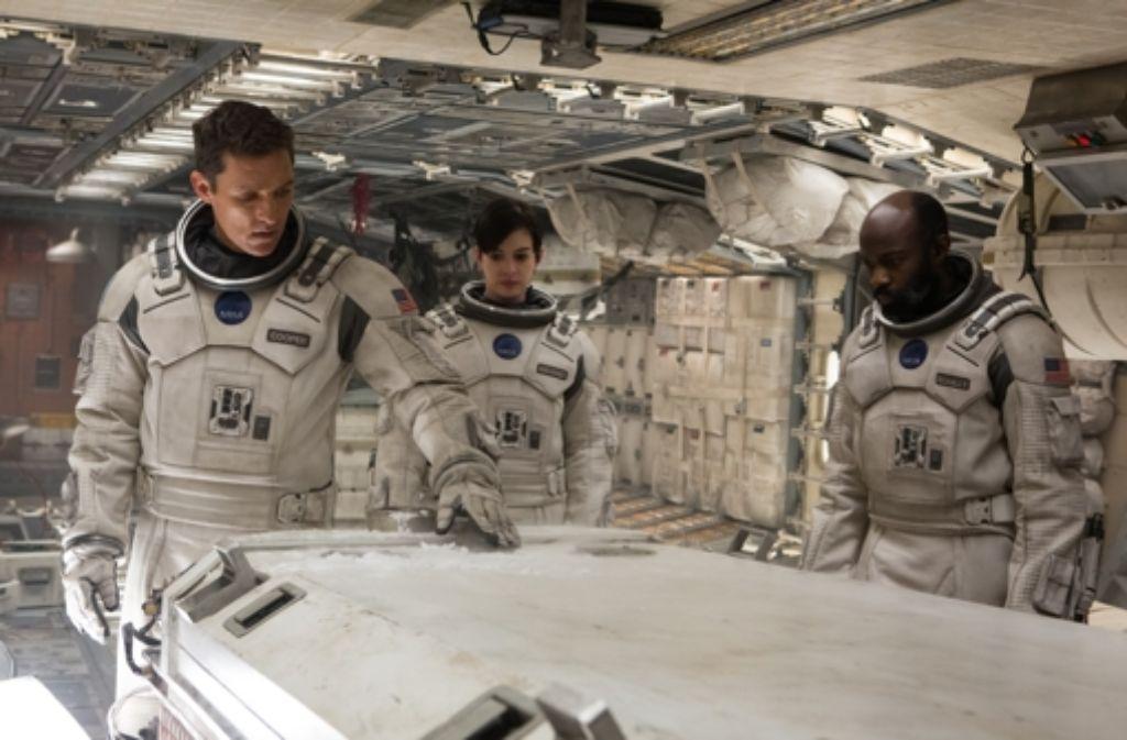 """An diesen drei ganz und gar nicht """"Enterprise""""-haft ausgestattten Astronauten (von links: Matthew McConaughey, Anne Hathaway, David Oyelowo) hängt das Schicksal der ganzen Menschheit. Foto: Warner Bros."""