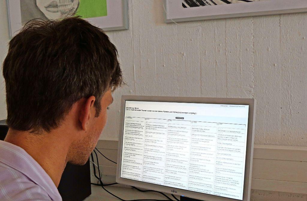 Bei dem Themis-Experiment wählen die Teilnehmer am Computer  aus 75 Themen aus, die in den fünf Parteien-Spalten aufgelistet sind. Foto: Otto-H. Häusser