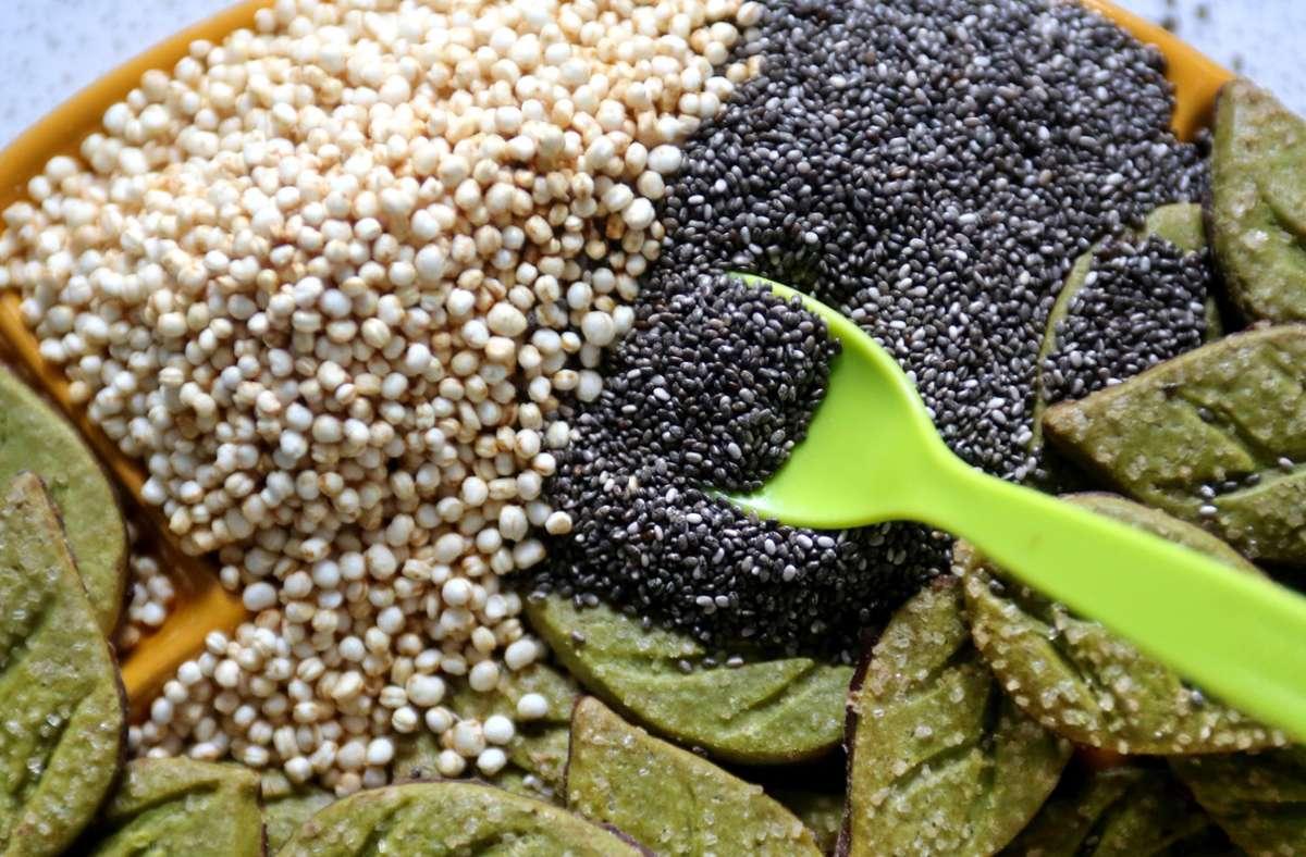Chia-Samen (dunkel), Quinoa Pops und Plätzchen mit Matcha-Teepulver Foto: dpa/Roland Weihrauch