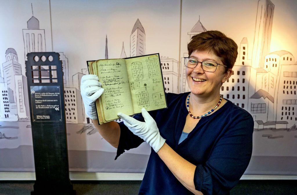 Stolz präsentiert Illja Widmann das Tagebuch des Schultes Hörmann. Foto: factum/A. Weise