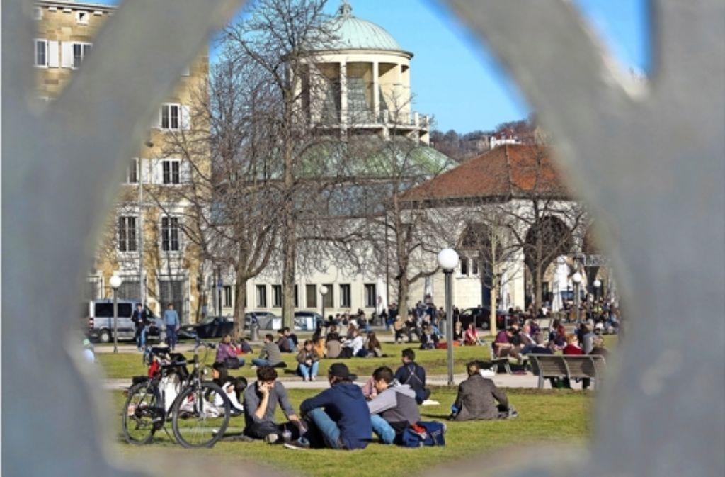 Sonnenstrahlen genießen auf dem Schlossplatz. Foto: Achim Zweygarth