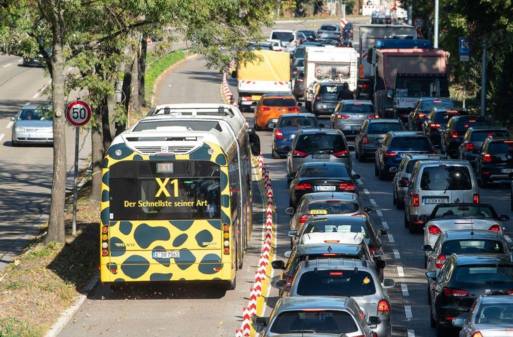 Die Spur für Busse der SSB gibt es schon auf der Cannstatter Straße. Das Land will nun eine weitere zwischen Willy-Brandt-Straße und Neckartor einrichten. Doch ist das realistisch? Das Gericht meint nein. Foto: dpa