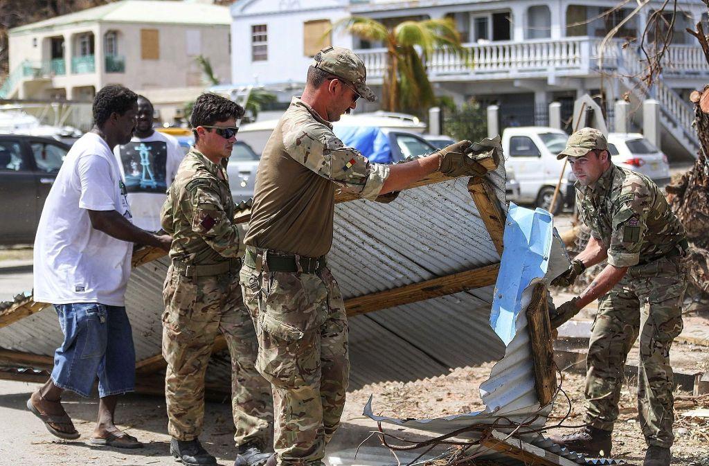 Britische Soldaten unterstützen auf den Jungferninseln Einwohner bei den Aufräumarbeiten. Foto: AP