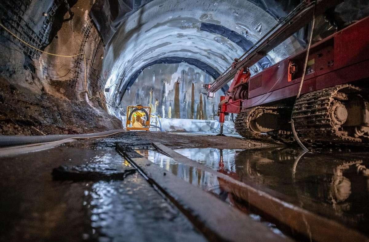 In den Tunneln nach Obertürkheim muss viel Wasser abgepumpt werden. Das erschwert die Bauarbeiten erheblich, verzögert sie und macht sie teurer. Foto: Lichtgut/Julian Rettig