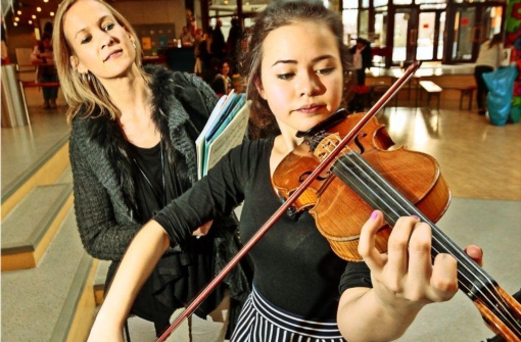 Lynn My Le Trinh Stiegler und ihre Musiklehrerin Meike Brandenbusch. Vier bis sechs Stunden hat die 15-Jährige in den vergangenen Monaten für den Auftritt geübt – täglich. Foto: factum/Granville