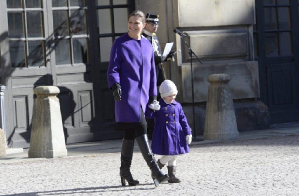 Gut gelaunt traten Victoria von Schweden und ihre Tochter Estelle am Donnerstag vor die Gratulanten in Stockholm. Victoria feierte ihren Namenstag. Foto: dpa