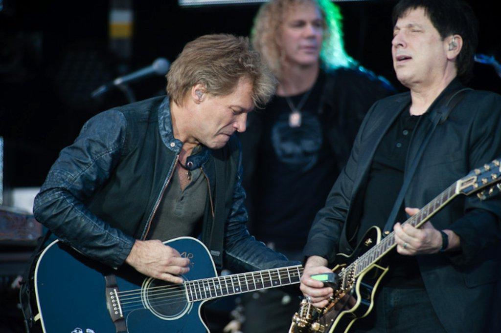 30 000 Fans feierten Jon Bon Jovi und sein Band beim Konzert auf dem Cannstatter Wasen. Foto: Timo Deiner