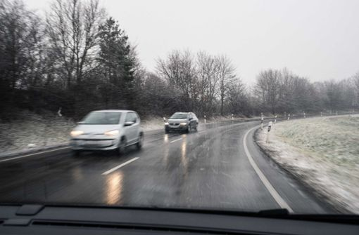 Zahlreiche Unfälle auf schneeglatten Straßen
