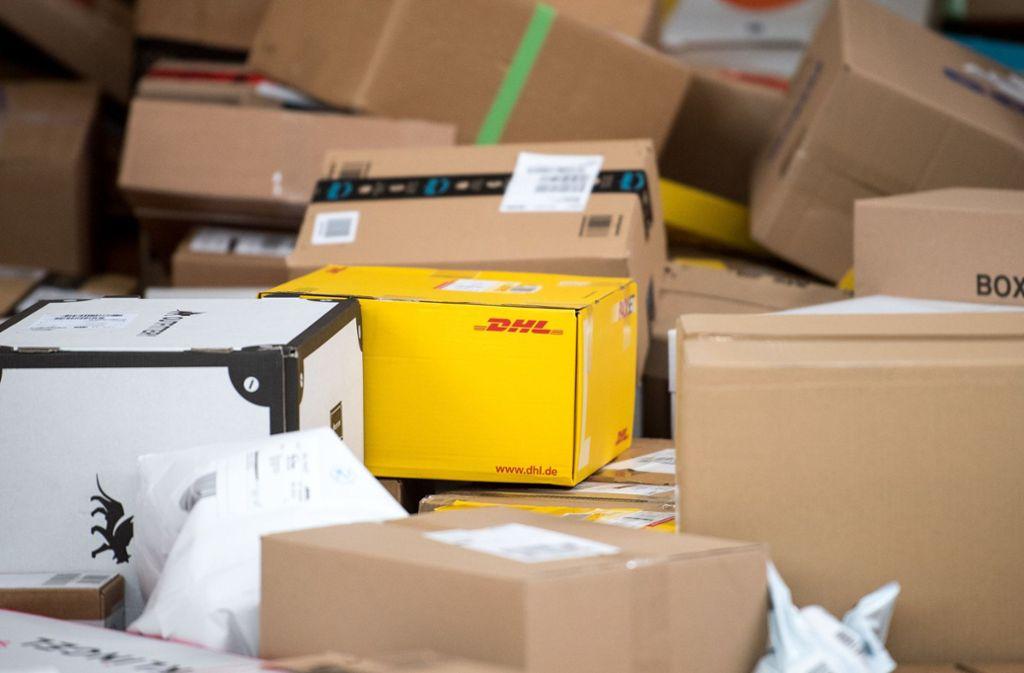 Das Porto für DHL-Pakete bis fünf Kilogramm wird teurer. Foto: dpa