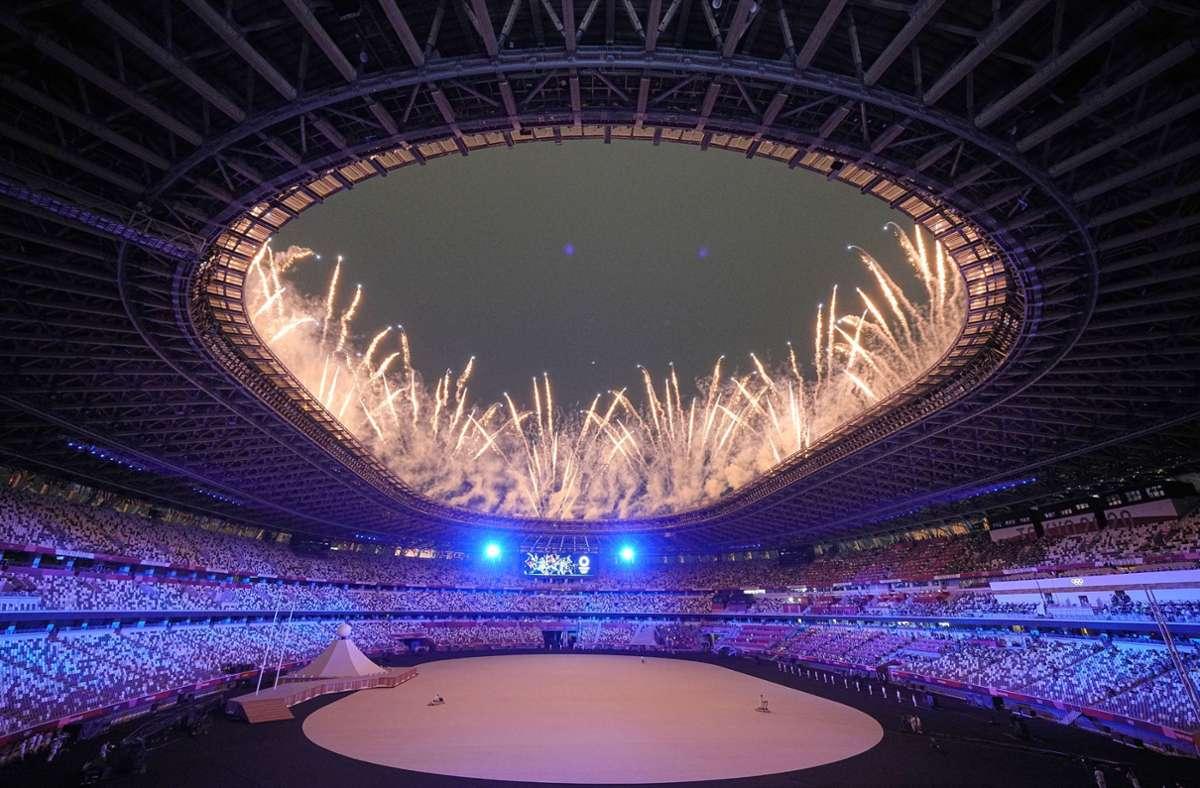 Mit viel Feuerwerk startete die Eröffnungsfeier der Olympischen Spiele in Tokio. Foto: dpa/Michael Kappeler