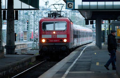 Unbekannte werfen Steine auf Züge