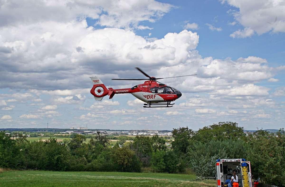Ein Rettungshubschrauber, der vorsorglich über die Leitstelle angefordert worden war, landete in der Nähe der Unfallstelle. Foto: SDMG/Boehmler