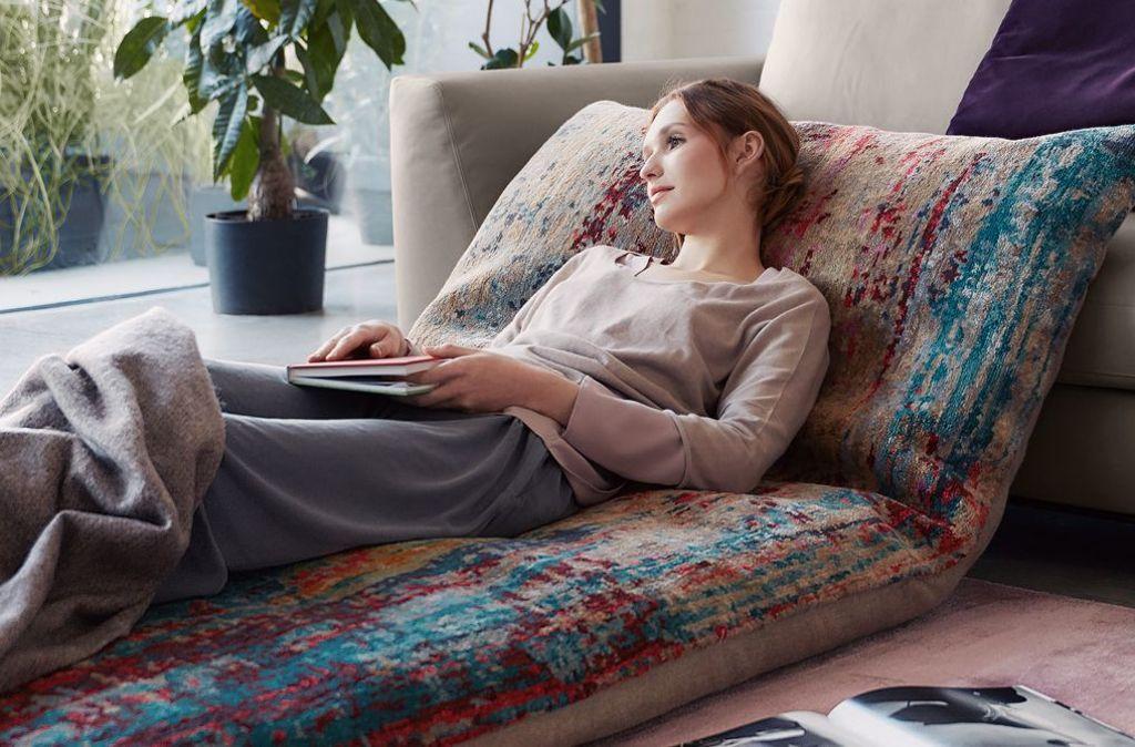 """Wie es uns gefällt: aus handgeknüpften Teppichen entstehen individuelle Settings mit maximalem Komfort, """"Badwawi Pillows"""" von Walter Knoll. Foto: Walter Knoll"""