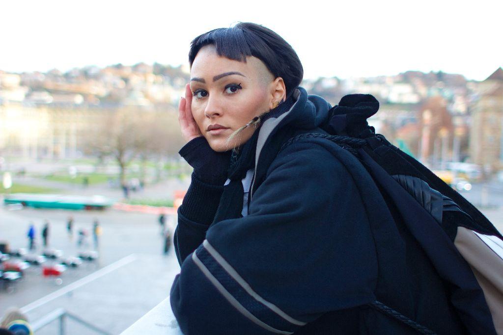 Corinna Houidi bringt mit ihrem Style Extravaganz in den Stuttgarter Alltag. Foto: Tanja Simoncev