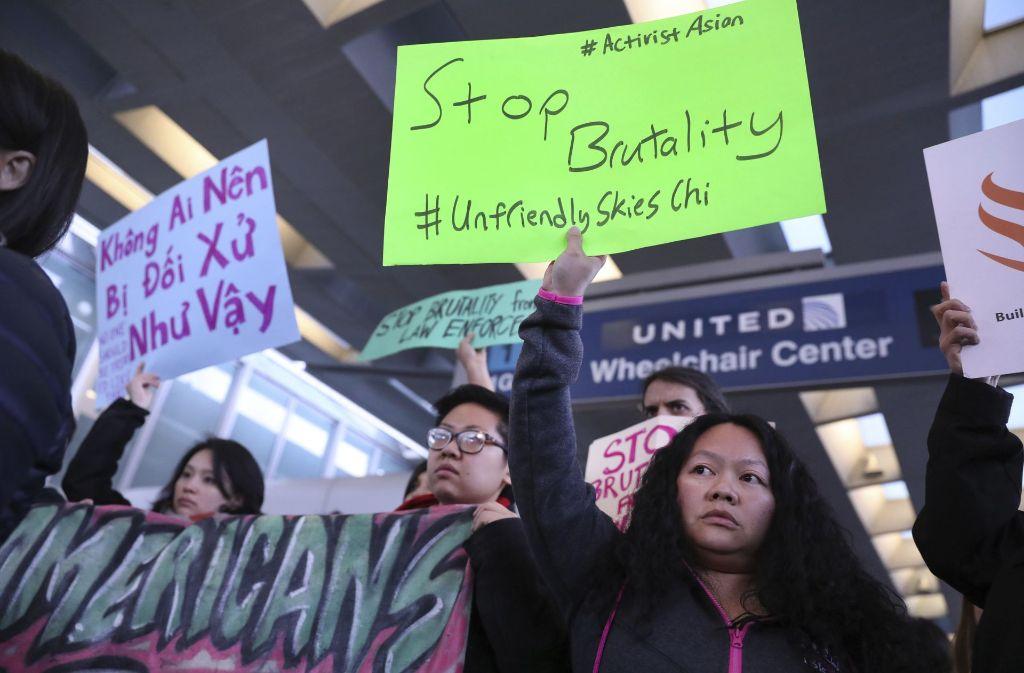 Nach dem Vorfall kam es in sozialen Netzwerken zu Boykott-Aufrufen gegenüber United-Airlines sowie zu Protesten. Foto: Chicago Tribune
