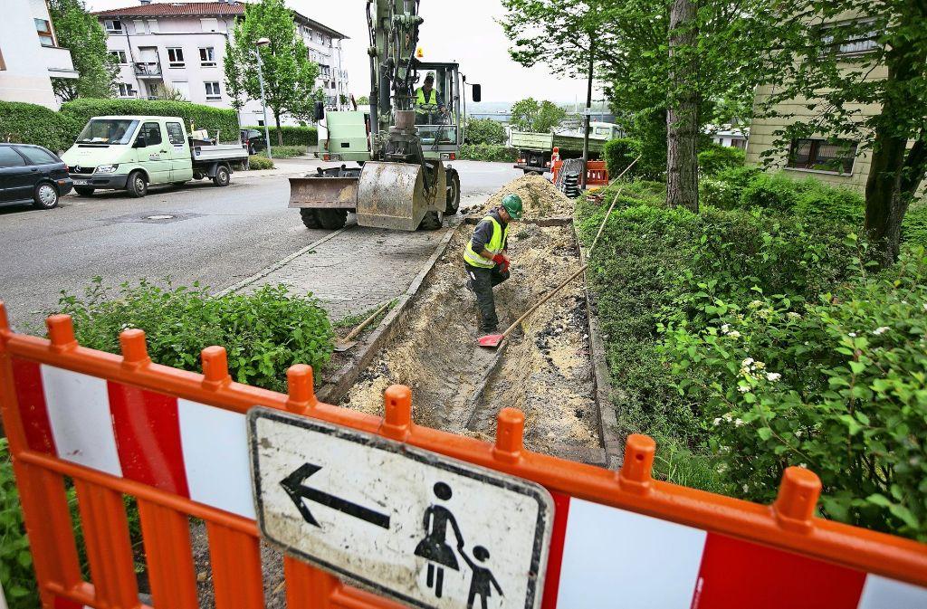 Ein Mitarbeiter der Netze-BW hat den Schaden  im Kabel in  der Lettenackerstraße gefunden. Foto: Horst Rudel