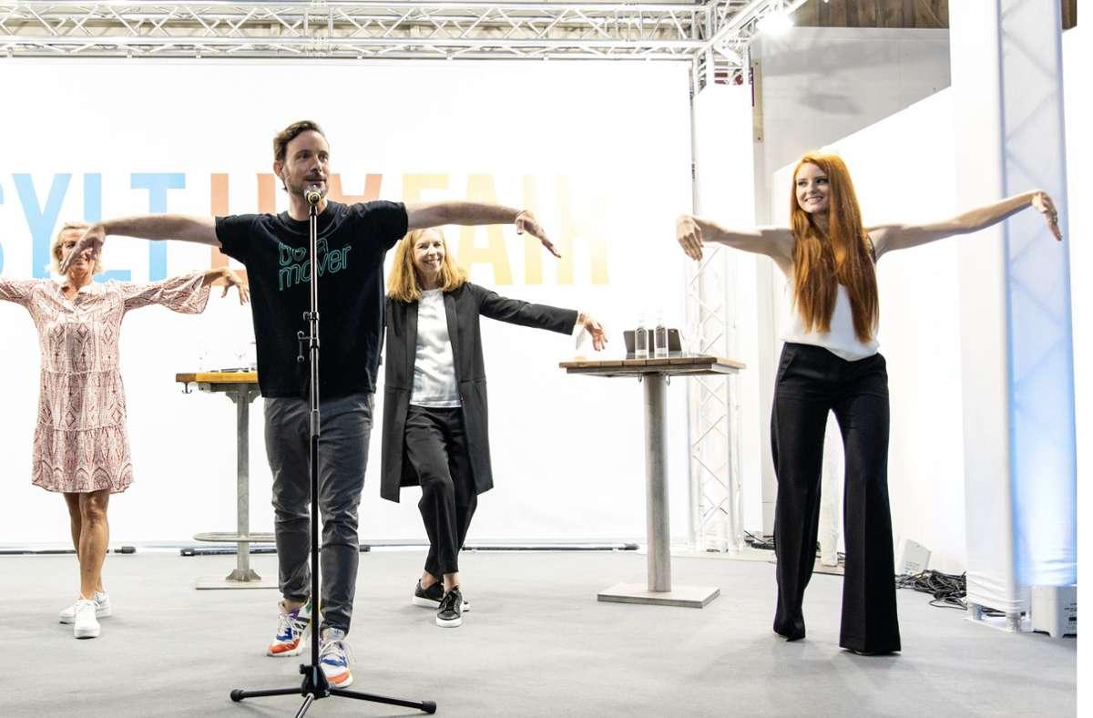 Eric Gauthier (am Mikrofon) übt bei der Sylt Art Fair mit Promis, darunter  Model und Schauspielerin Barbara Meier (rechts), den Schwanentanz ein. Foto: Jo/ua Sammer