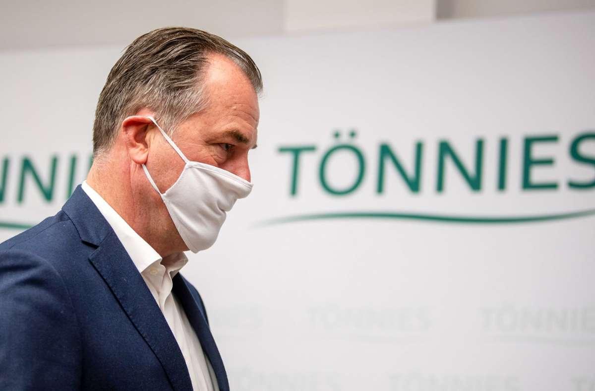 Die Flüssigkeit, die vor der Villa von Clemens Tönnies gefunden wurde, wird laut Polizei noch untersucht. Foto: dpa/David Inderlied