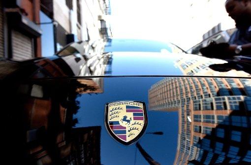 Porsche-Fahrer schlägt an der roten Ampel zu